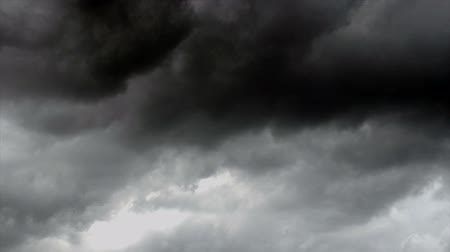 bouře : White and dark storm clouds, time lapse