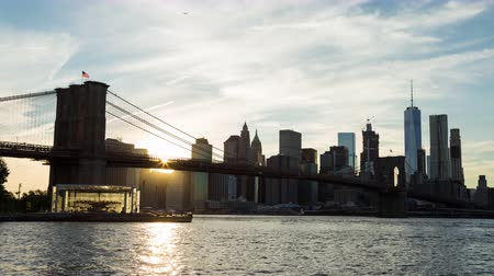 центральный : Beautiful New York City Sunset Brooklyn Bridge and Lower Manhattan Day Timelapse Стоковые видеозаписи