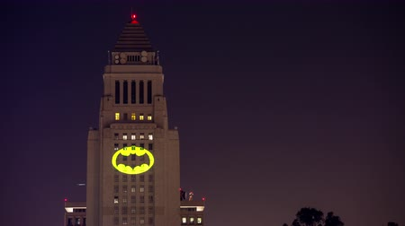 универсальный : Los Angeles City Hall Honor Adam West by Lighting up Bat-Signal