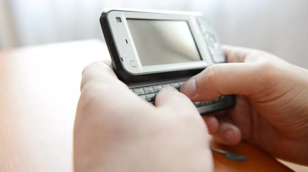 okos telefon : SMS on smartphone QWERTY keyboard Stock mozgókép