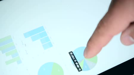 cellulare : Diagrammi su un touchscreen del tablet pc Filmati Stock
