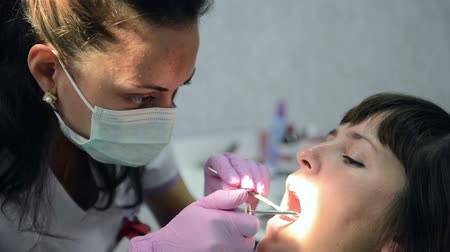 fogak : Examination of oral cavity by a dentist