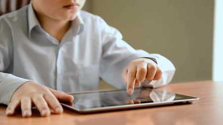 планшетный компьютер : Child with tablet computer, close view. Dolly shot