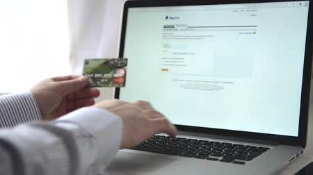 bancos : Online internet shopping. Dolly shot