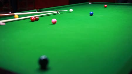 poolbiljart : Snookerspeler raken van de bal... Stockvideo