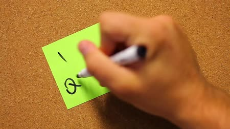 бумага : A human hand writes ˝I quit!˝ on a post-it paper...