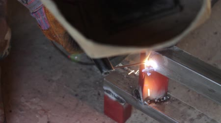 A man welding together two metal pieces... Wideo