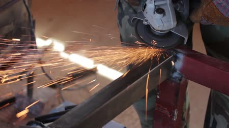 A man grinding a metal construction... Wideo