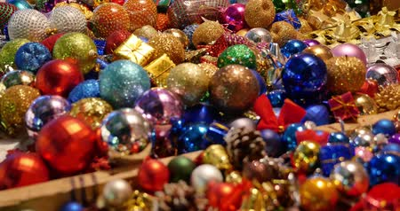 Close up shot of colorful Christmas balls on a table at a christmas market... Wideo
