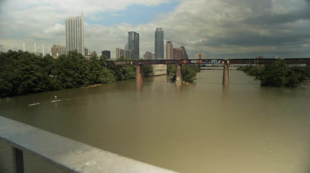 капитал : Austin skyline in the background with Lady Bird Lake in foreground.