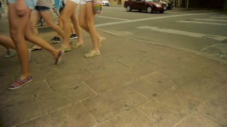 atletika : Legs of females walking across the street. Dostupné videozáznamy