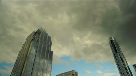 budynki : Time lapse of dark clouds rolling in over city. Wideo