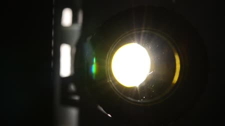 films : Filmprojector close up, projector lens en licht