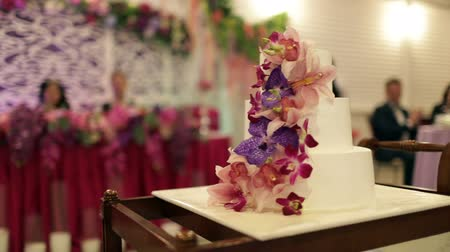 fidelity : the bride and groom cut the cake with fresh flowers