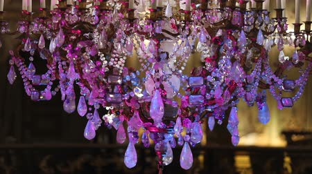 sekély : Beautiful chandelier in the room of the house hanging