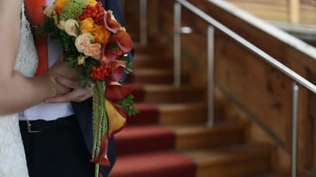 повод : Beautiful wedding bouquet in hands of the bride