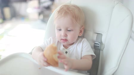 тост : the child first eats bread