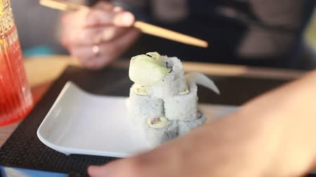 jarmuż : Man eating vegetarian sushi