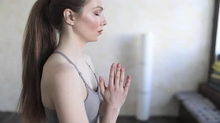 Young woman reading a mantra before class yoga. Wideo