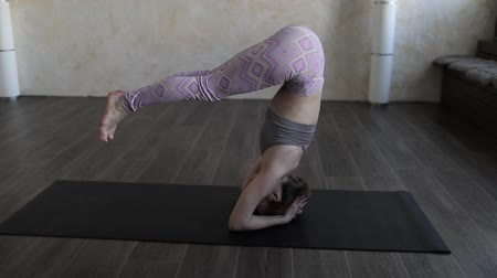 A young woman practicing Ashtanga yoga. Wideo