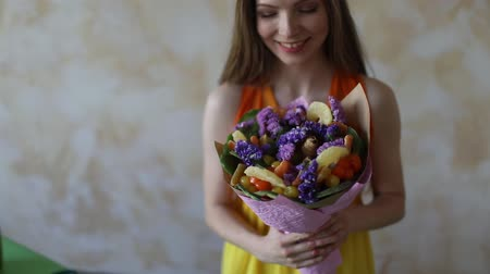 Young woman florist making fruit bouquet Wideo