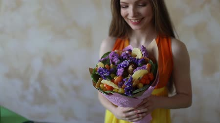 suszone owoce : Young woman florist making fruit bouquet Wideo
