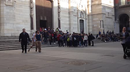 neapol : Groups of young on a visit to the Cathedral of Naples