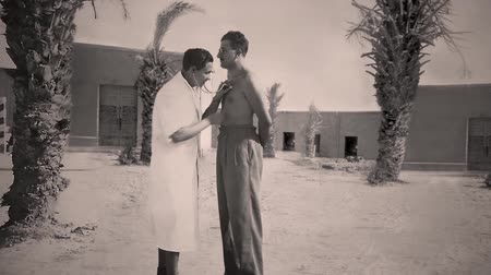 lieutenant : Africa, circa 1940: mapping Chamber of ancient photos of World War II - Military medical examination Stock Footage