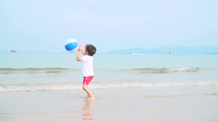 senhora : bub playing with colorful beach ball on a beautiful sandy beach in thailand Vídeos
