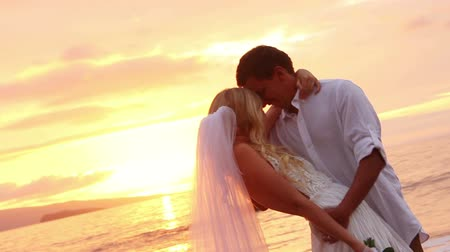 casado : Just married couple on beach at sunset