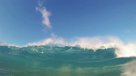Blue Ocean Wave Crashing in Slow Motion Wideo