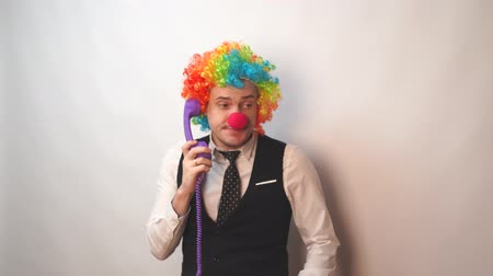 coringa : Office worker in clown wig, clown concept at work. Businessman with clown wig isolated on white