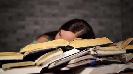 entellektüel : Woman student with lots of books studying for exams fell asleep on books
