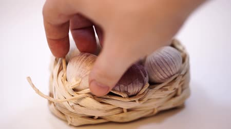 aromatik : Garlic in a wicker basket, on a white background. Dried French garlic. Red garlic. Stok Video