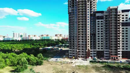 Multi-storey house under construction on a Sunny summer day Stok Video