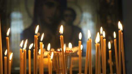 yaldız : Church candles burn before the icon mother of God Stok Video