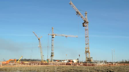 épít : Construction cranes operate on the object
