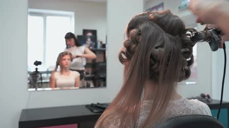 anelzinho : Professional stylist makes the curls to a girl Stock Footage