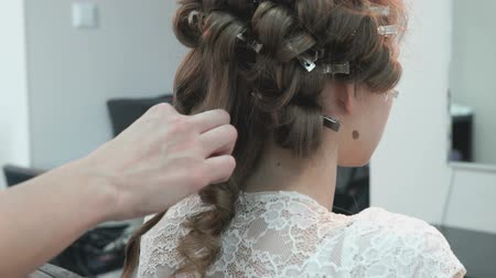anelzinho : Master makes the curls to girl at the beauty salon Stock Footage