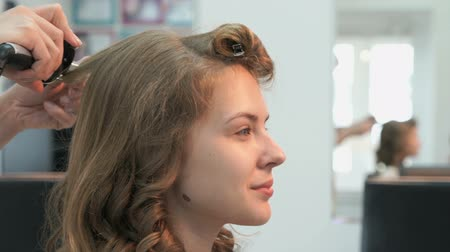 anelzinho : Stylist makes curls brown-haired using a curling