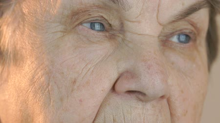 starość : Old womans face with disturbing look of face. Close up Wideo
