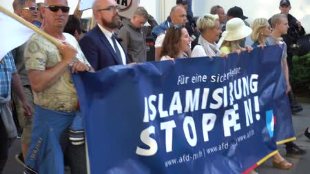 solidarietà : Rostock, Germania - 14 maggio 2018: demo AfD con slogan Stop Islamization e contro dimostrazione della sinistra in Luetten Klein. AfD, Alternative for Germany, è un partito politico di destra in Germania Filmati Stock