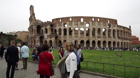 gladiador : Rome, Italy - april 17, 2018: Touristen machen Fotos und selfies vor Kolosseum in Rom, Italien. Roms Sehenswürdigkeiten Ruins of the colosseum