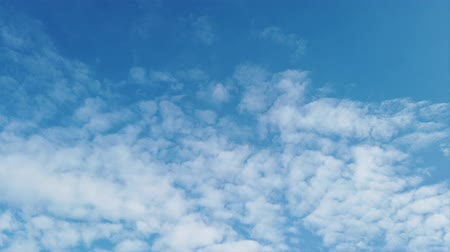 pelyhes : Awesome time lapse of white fluffy cirrocumulus clouds in a beautiful blue sky Stock mozgókép