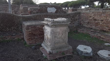representante : The Shrine of the Altar of the Twins with the discovery of Romulus and Remus