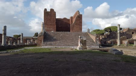 régészet : Panorama at archaeological excavations of Ancient Ostia with the Capitolium surrounded by ruins, columns and remains of statues and bas-reliefs