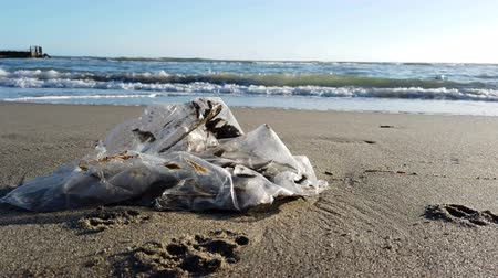 contínuo : Seascape in trash: Environmental protection is necessary to plastic bags is not biodegradable, the sea and nature suffer from continuous pollution