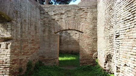 medeniyet : First person shot walking in the past between ancient Roman empire ruins Stok Video