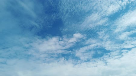 pelyhes : Awesome time lapse of white cirrocumulus clouds formations in a beautiful blue sky Stock mozgókép