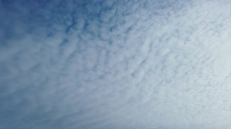 скумбрия : Awesome time lapse clouds with fluffy white cirrocumulus rolls in the air carried by the wind